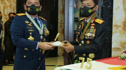 Panglima TNI Terima Kejutan dari Kapolri di HUT Ke-75 TNI (Puspen TNI).